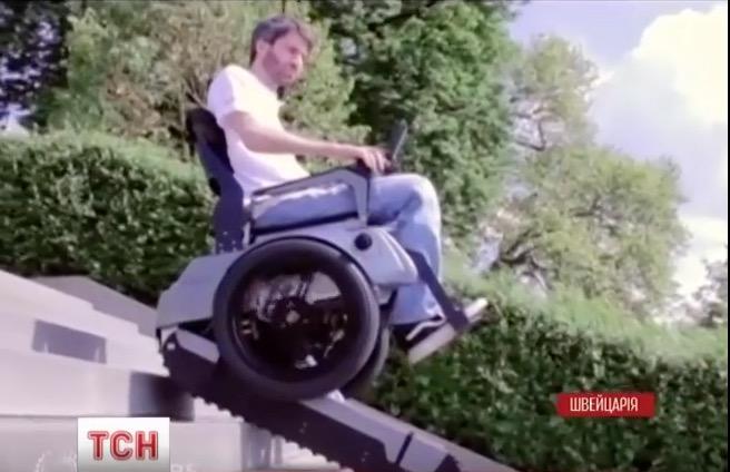 В Швейцарии изобрели инвалидную коляску, способную самостоятельно преодолевать лестницы