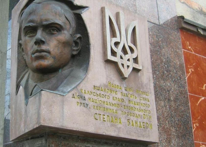 Неизвестные похитили скульптуру Бандеры во Львове, - патрульная полиция - Цензор.НЕТ 161