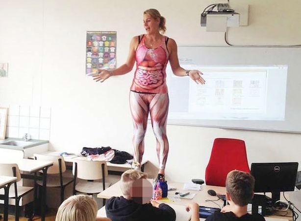 учительница на уроке показала