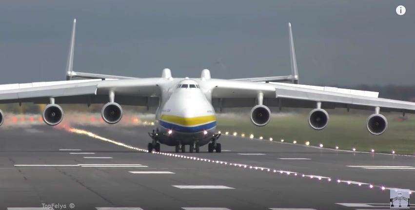 Украинский самолет-гигант АН-225 «Мрия» сел в аэропорту имени Робина Гуда – видео