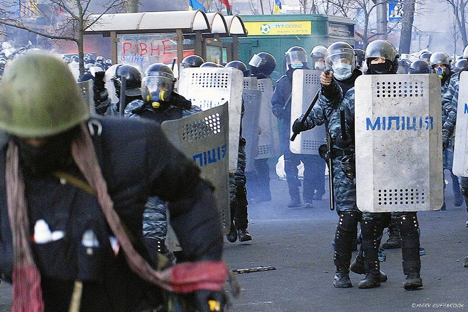 """Боєць """"Беркута"""" стріляє в спину беззбройному маніфестанту під час Революції Гідності на вулиці Грушевського, зима-2014. Фото: FB Роман Сініцин"""