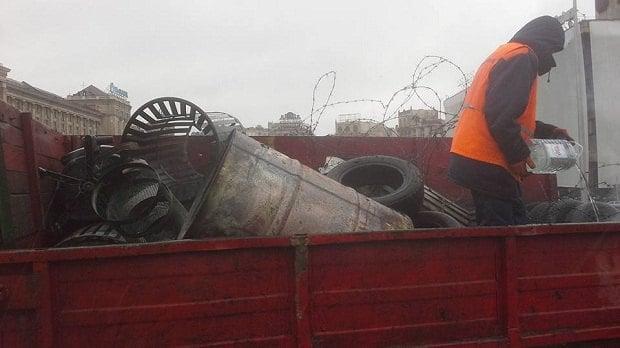 На Майдане коммунальщики разбирают «баррикады»
