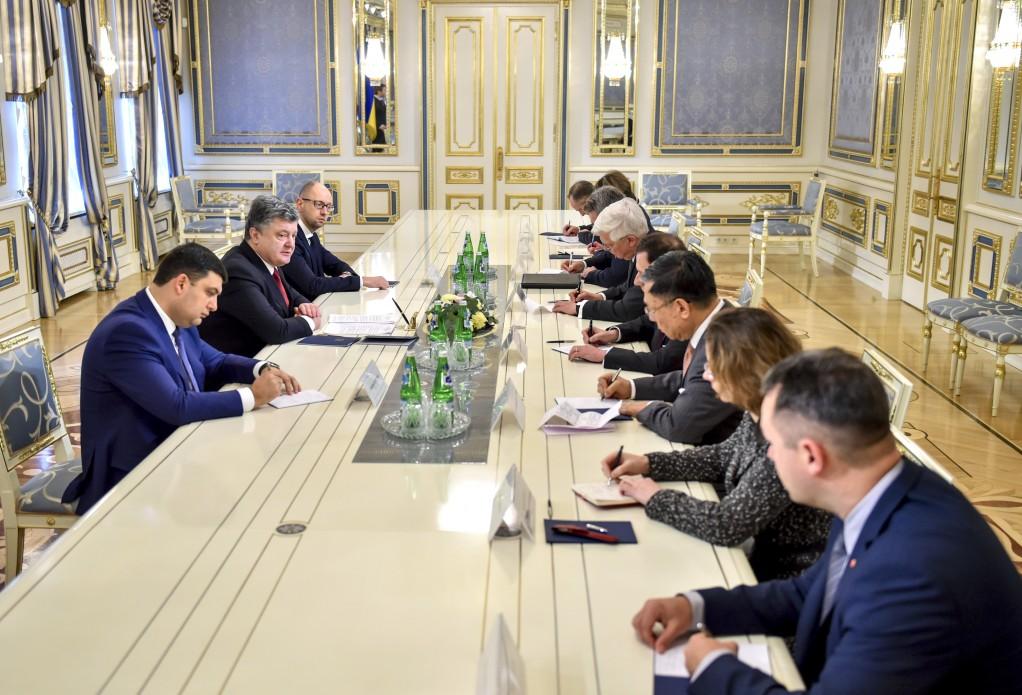 Порошенко сегодня разъяснит послам стран G-7 ситуацию вокруг Кабмина
