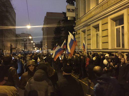 21:18 by Инна Тывончук В Москве посольство Украины забросали яйцами в ответ