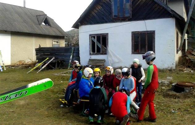 В Карпатах снова провели лыжные соревнования без снега (ФОТО)