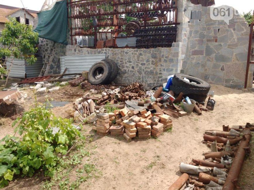 21:31 by Info Resist Житель Мелитополя построил забор из взрывоопасных боеприпасов