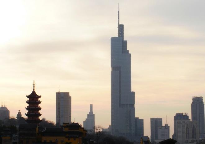 Вкитайском Нанкине зажегся небоскреб