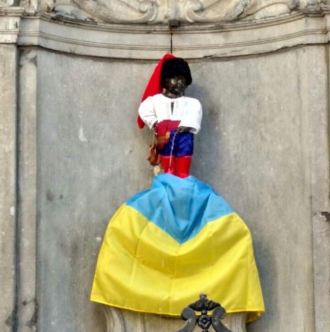 ВБрюсселе «Писающего мальчика» нарядили козачком вцвета русского флага