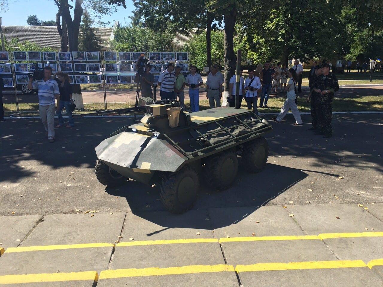 Укроборонпром представил Турчинову беспилотный БТР Фантом иБПЛА Горлица
