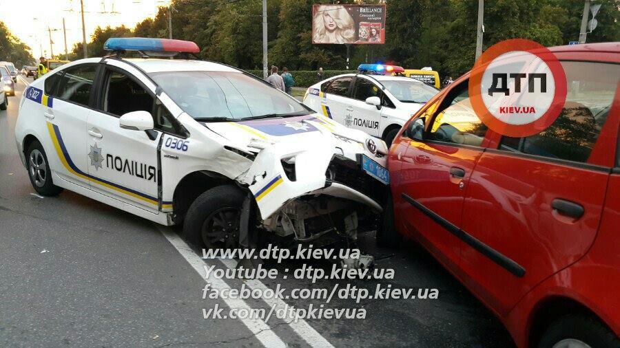 ВКиеве масштабное ДТП, участником которого стал полицейский «Toyota Prius»