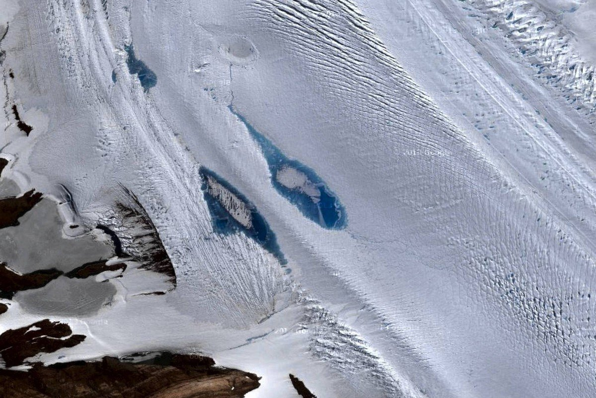Ученые: наповерхности Антарктиды появились синие озера