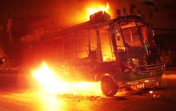 Встолице франции автобус закидали бутылками сзажигательной смесью