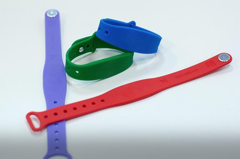 Электронные браслеты разработали для школьников в российской столице