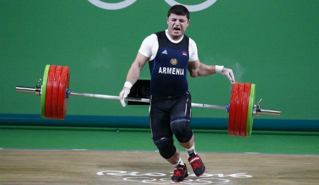 Армянский тяжелоатлет Карапетян получил кошмарную травму наолимпиаде вРио