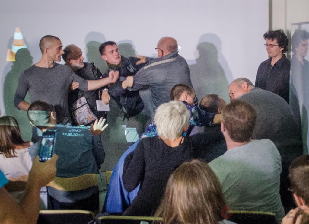 ВОдессе пьяный сножом сорвал лекцию Павленского— есть пострадавшие