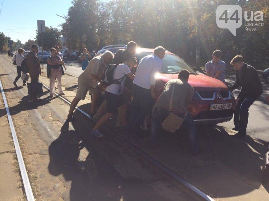 Киевляне отодвинули припаркованное натрамвайных путях авто