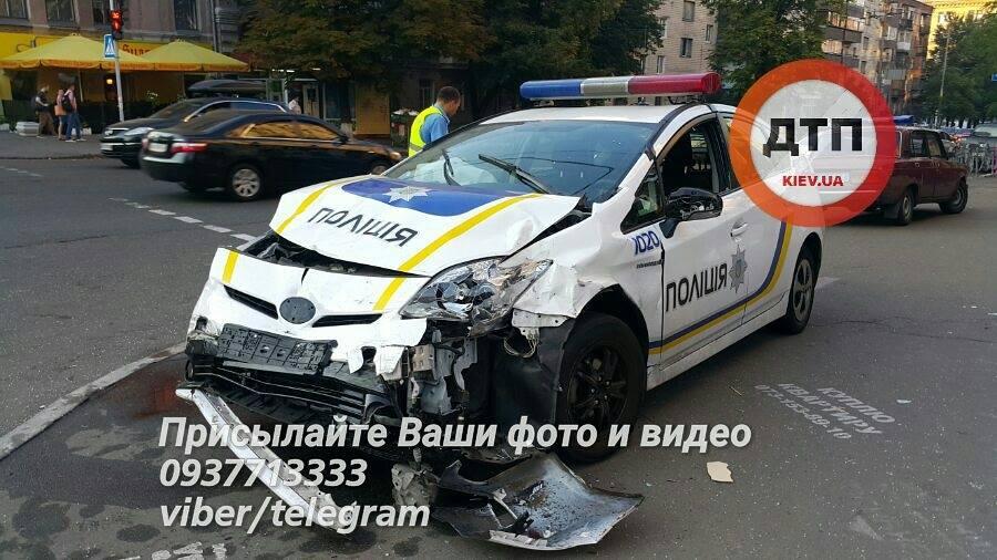 ВКиеве милиция врезалась втакси, есть пострадавшие