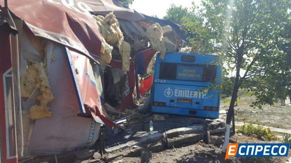 Автобус спассажирами наполном ходу влетел вкиевское кафе