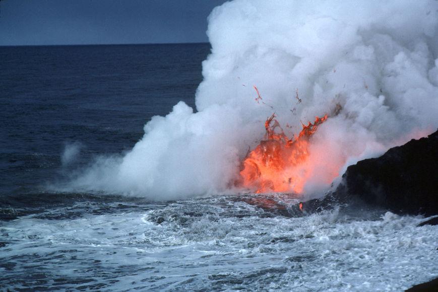 Наострове Реюньон началось извержение вулкана Питон-де-ла-Фурнез
