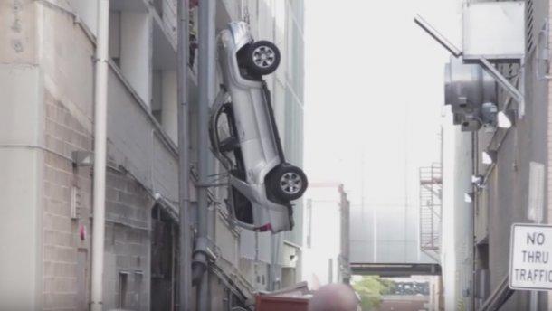 ВСША шофёр выпал вместе савто сдевятого этажа парковки