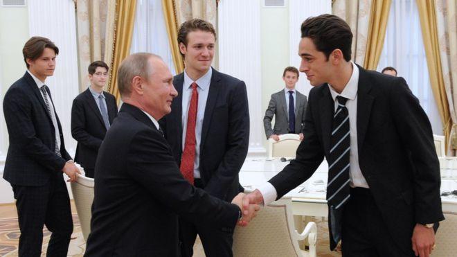 Кремль попросил русские СМИ удалить фото совстречи В.Путина состудентами Итона