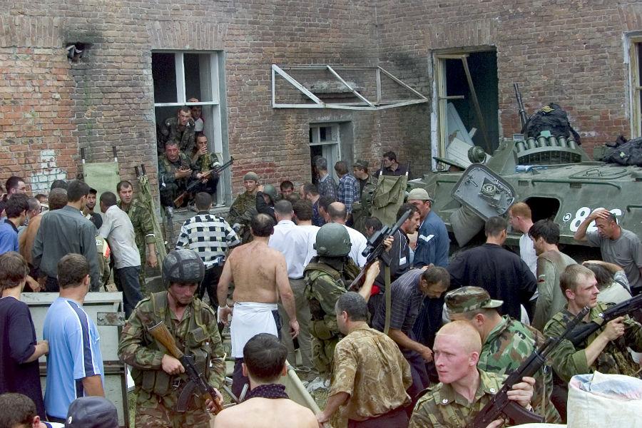 ВБеслане милиция задержала корреспондентов «Новой газеты» и«Таких дел»