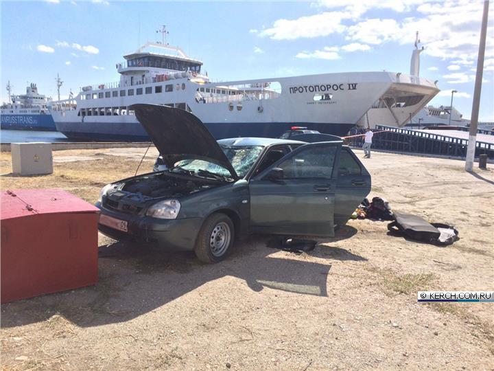 Автомобиль упал вморе напаромной переправе вКерченском проливе