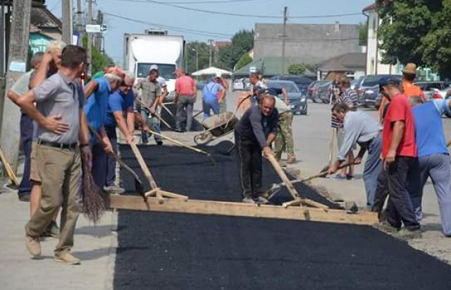 Вукраинском селе местные собственноручно проложили асфальт иобустроили все дороги