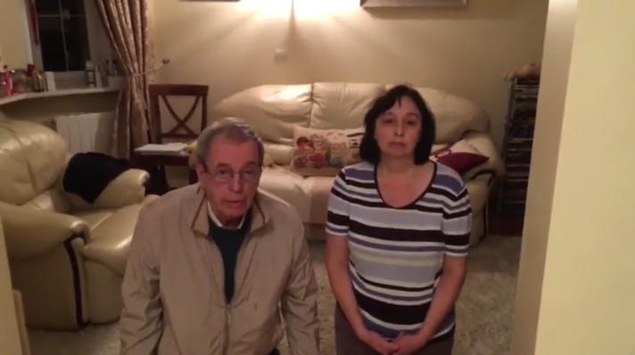 Вглобальной web-сети распространилось видео, где родители наколенях просят прощение усына