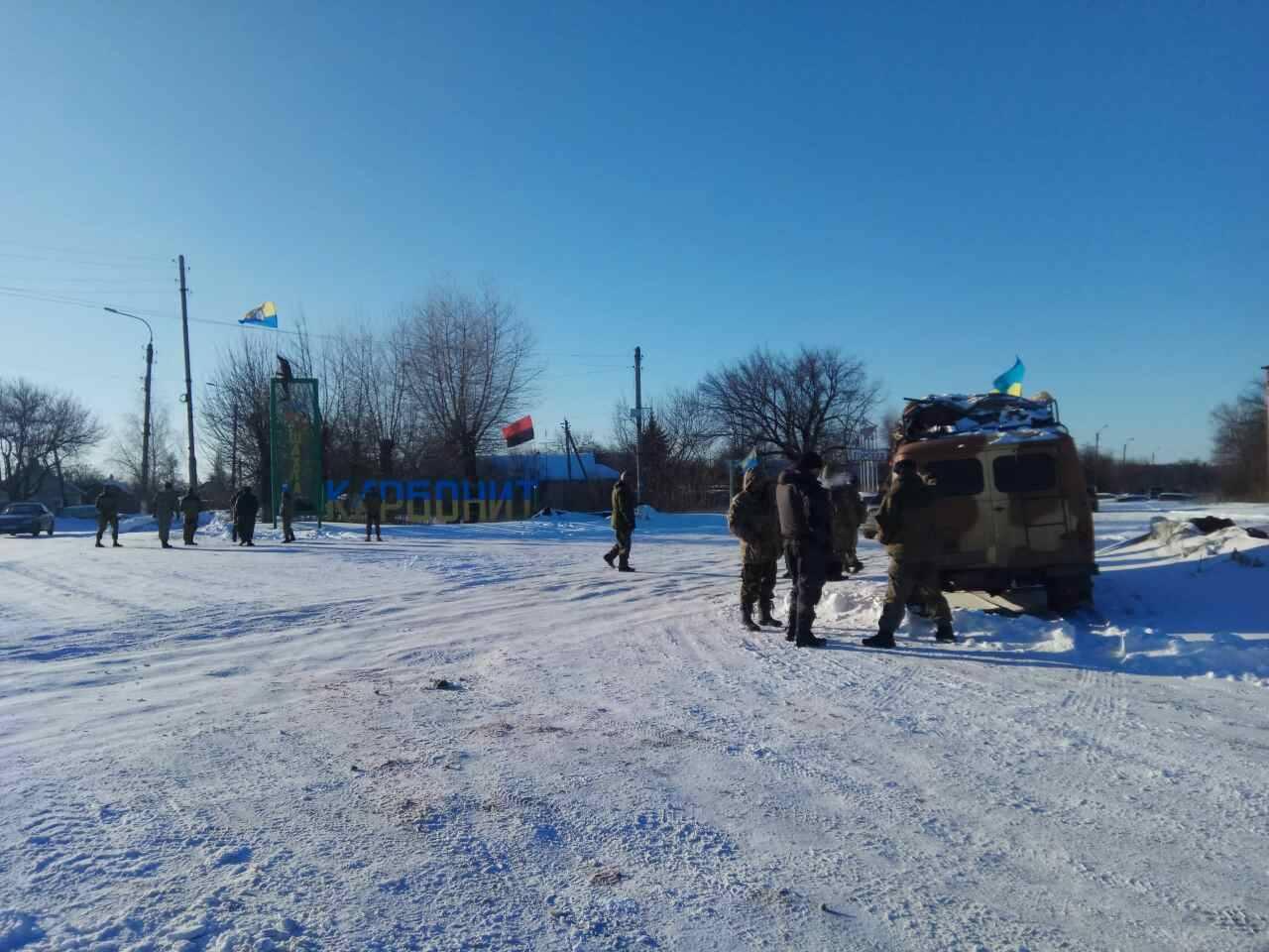 На Донбассе блокада перекинулась уже и на автомобильные дороги