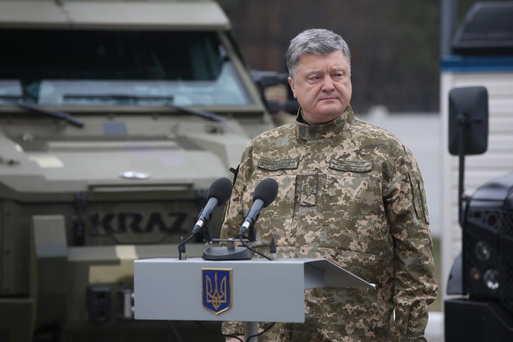 Порошенко сегодня передаст ВСУ новейшую партию оружия итехники
