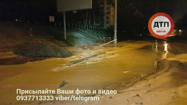 Масштабный прорыв холодной воды в Киеве: Поток идет в центр, подмывая асфальт