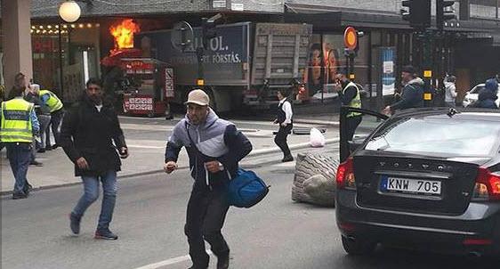 В Стокгольме грузовик въехал в толпу людей (Видео)