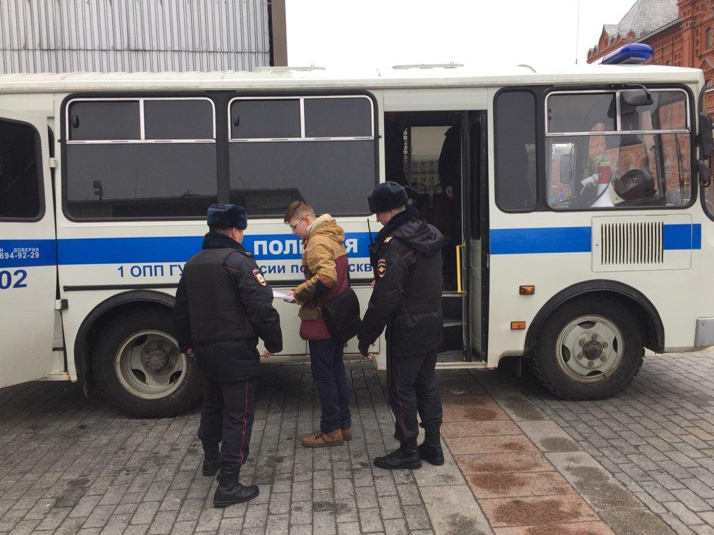 Впроцессе акции наМанежной площади в столицеРФ задержаны 4 человека
