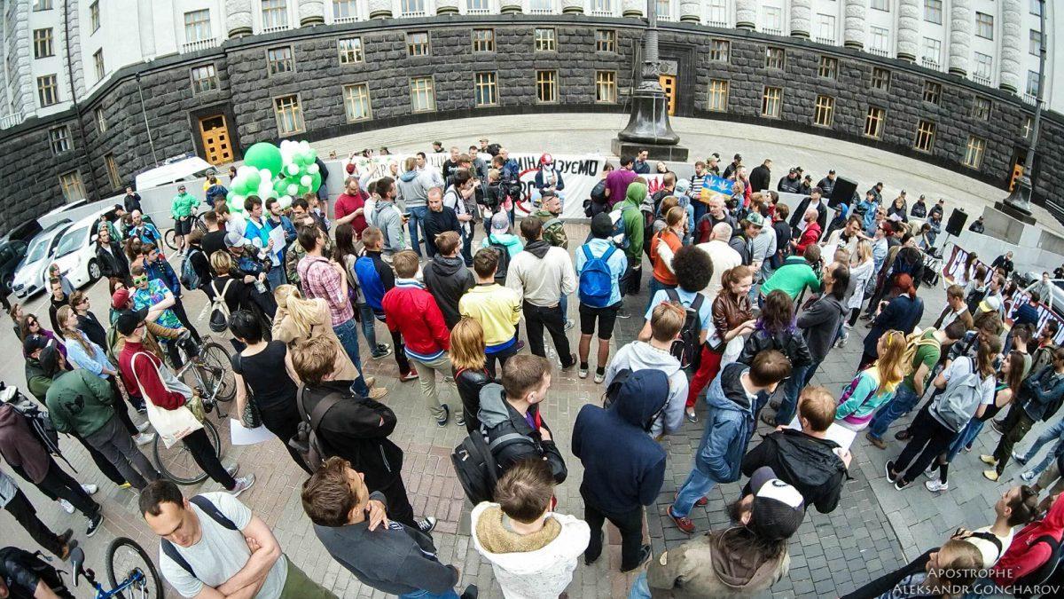 В Киеве под Кабмином прошел «конопляный марш»