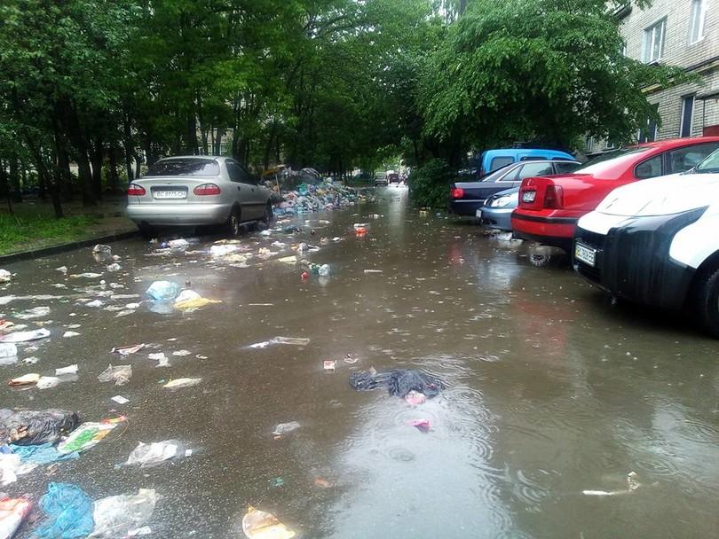 Сильный ливень затопил улицы Львова, заваленные мусором (ФОТО)