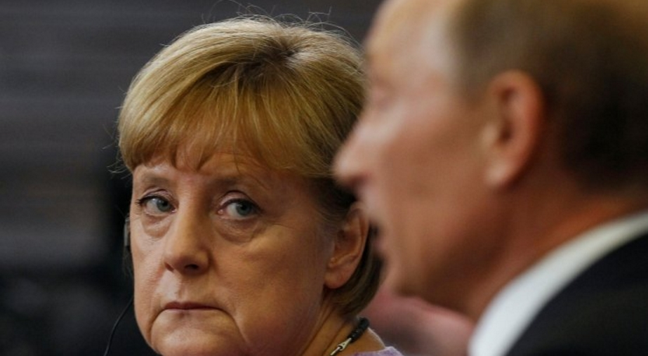 Путин обсудил сМеркель вывод русских офицеров изСЦКК вДонбассе