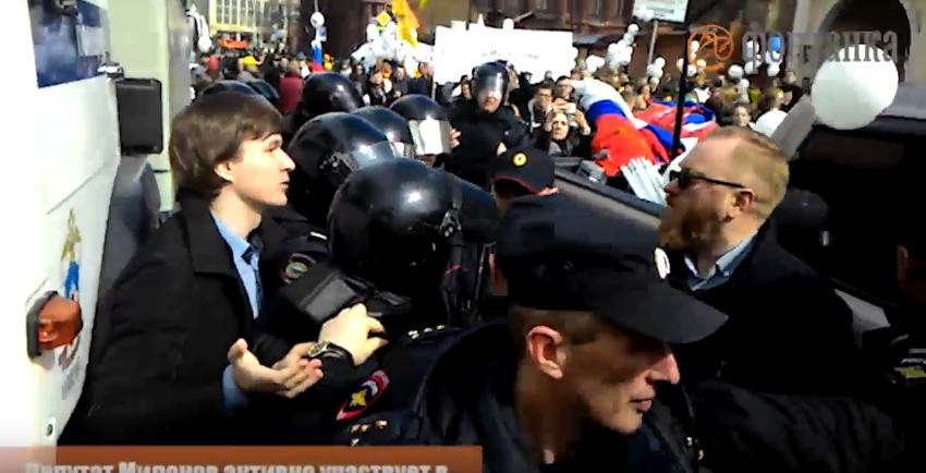 Рыжий, пошел на х*й отсюда: В Питере геи побили Милонова (Видео)