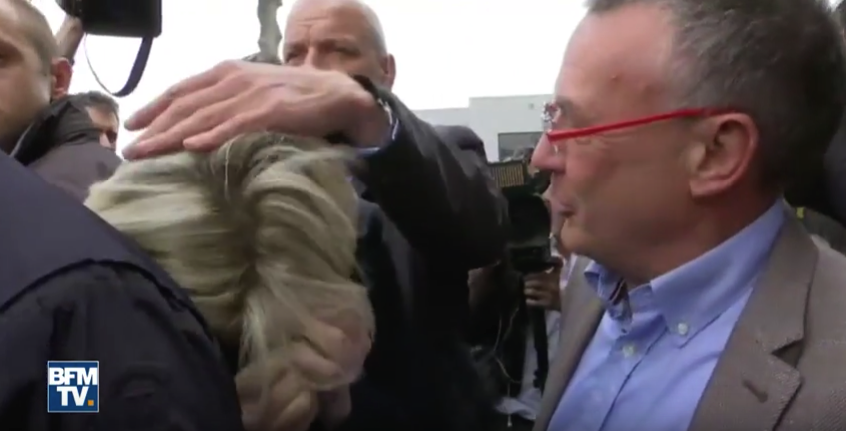 «Вам здесь нечего делать, мадам!»: Ле Пен закидали яйцами во время предвыборной поездки