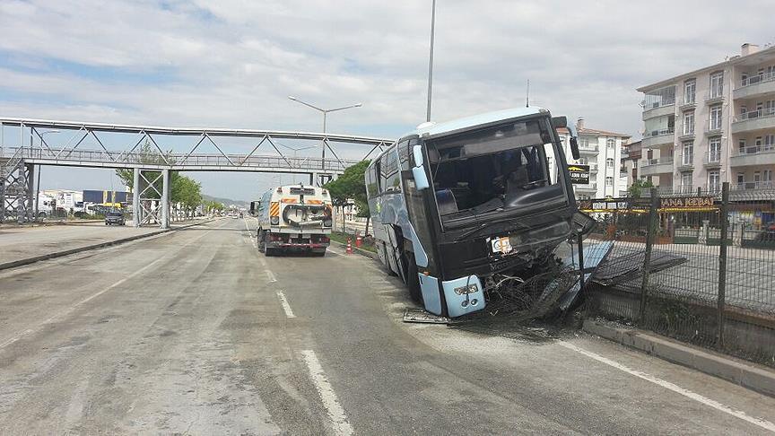 Автобус с членами правящей партии Турции попал в ДТП: 32 человека пострадало (ВИДЕО)