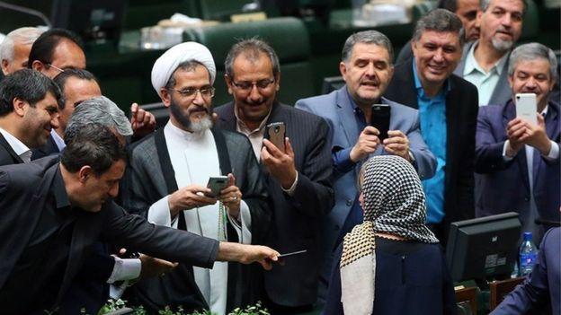 Депутатов парламента Ирана раскритиковали заселфи сМогерини