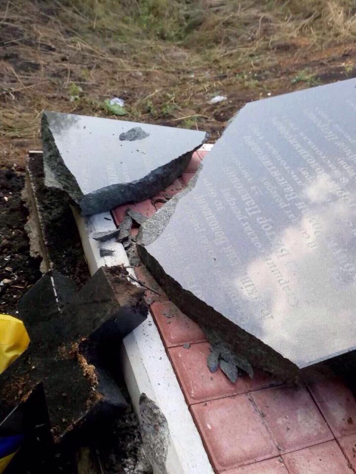 Вандалы на Донетчине повредили памятник воинам 24 бригады ВСУ - Цензор.НЕТ 6928