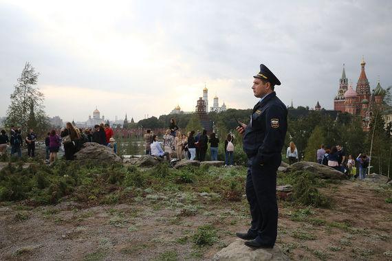 Нахлынувшие вмосковский парк «Зарядье» посетители уничтожили 30% растений