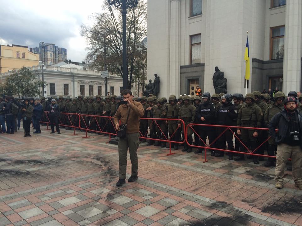 Активисты под стенами Верховной Рады сообщили, что готовы кштурму парламента