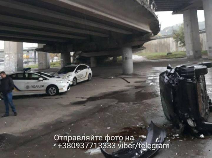 ВКиеве автомобиль с сыном всалоне упал смоста