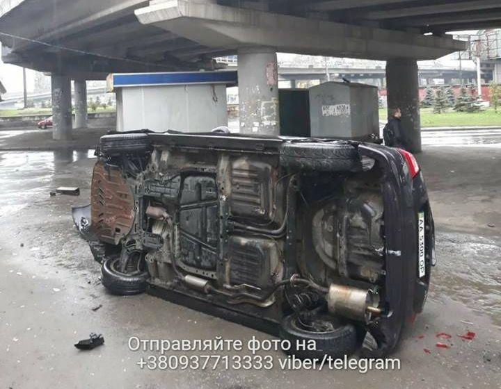 ВКиеве автомобиль сребенком вылетел смоста