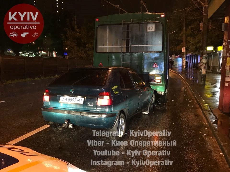 ВКиеве нетрезвый шофёр протаранил наостановке троллейбус