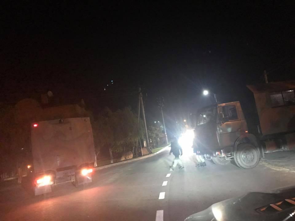 Вожидании расправы: Дорогу крезиденции Порошенко перекрыли военной техникой