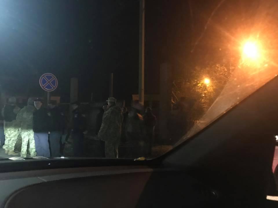 Крезиденции Порошенко вКиевской области стянули силовиков ивоенную технику