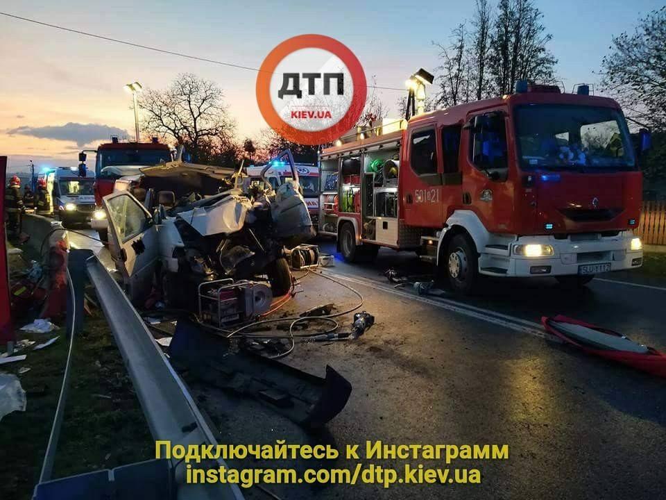 ДТП вПольше: лесовоз столкнулся смикроавтобусом, погибли двое украинцев